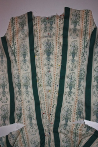 The en fourreau pleats have been pinned down to the lining. (You can also see in this picture that the front panel has been pinned to the back panel at the sides as well.)